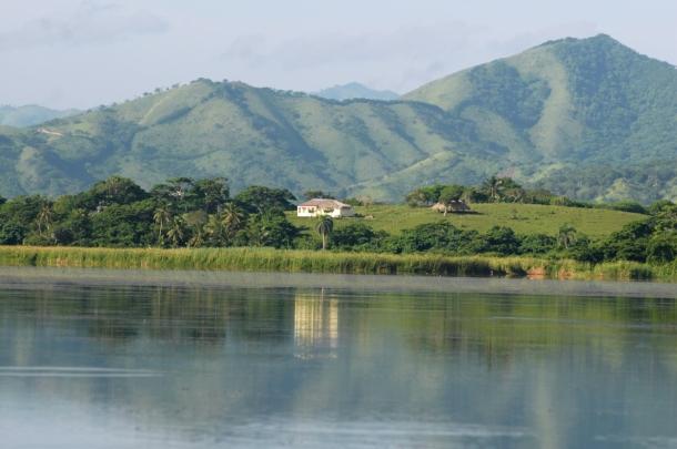 La Laguna Limon con la cordilera Oriental en el fondo.
