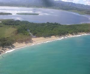 La playa Limon cn la laguna Limon y la cordillera oriental en el fondo.