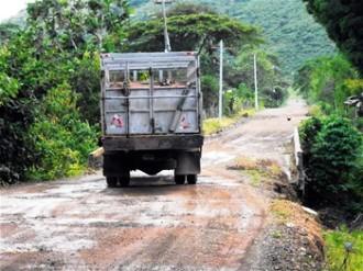 Las tres carreteras de acceso a Miches se encuentran intransitables pese a las promesas de reconstrucción.