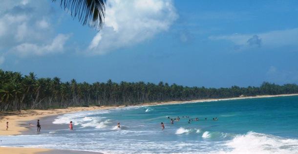 disfrutando un bano en la Playa Limon