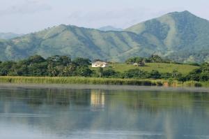 La Laguna Limon con la cordilera orintal