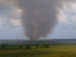 Fuego en la orilla de Laguna Limon
